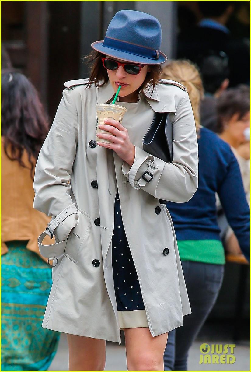 pals co stars jon hamm elisabeth moss grab coffee 153100459