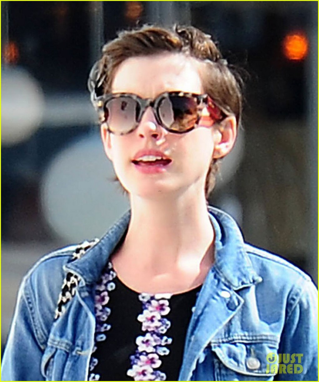 anne hathaway was blushing from william compliments 033092227