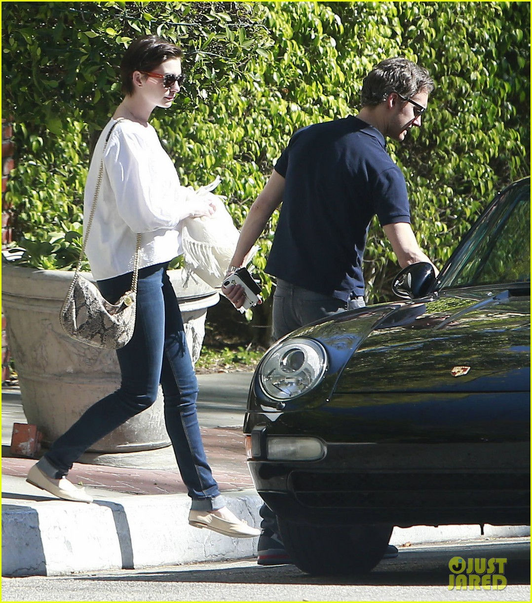 anne hathaway adam shulman embrace after sunday brunch 033086413