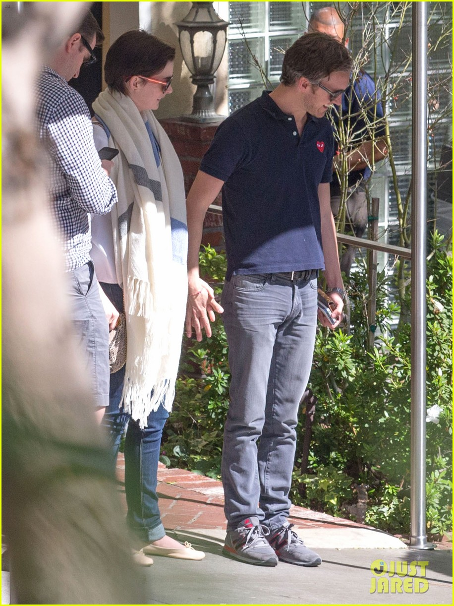 anne hathaway adam shulman embrace after sunday brunch 063086416