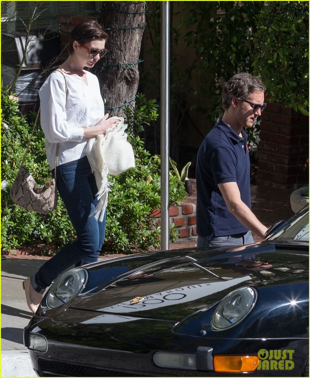 anne hathaway adam shulman embrace after sunday brunch 07