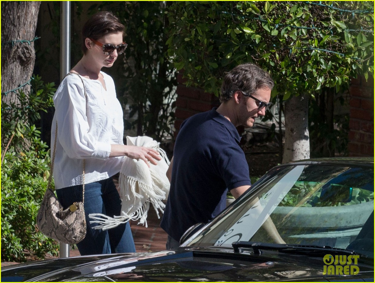 anne hathaway adam shulman embrace after sunday brunch 08