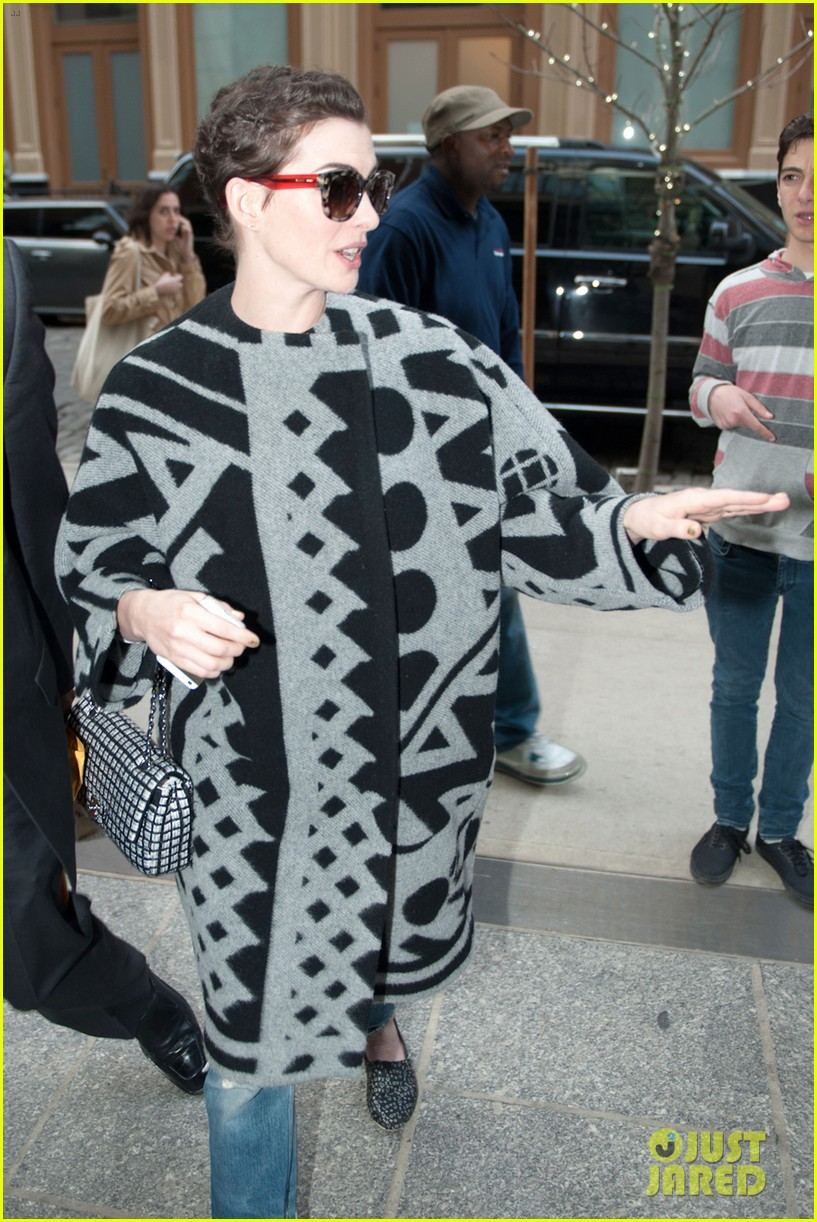anne hathaway brough a flask to the oscars 113088035