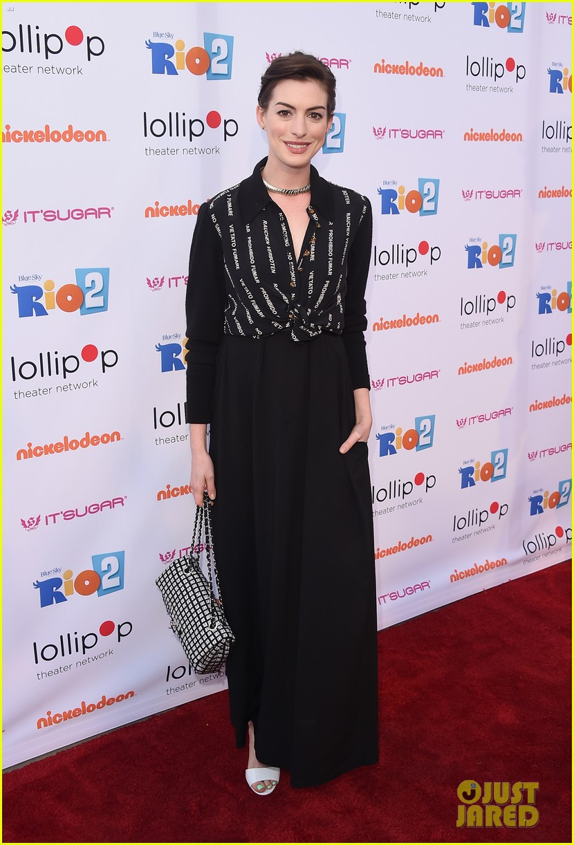 anne hathaway promotes no smoking on the red carpet 013100028