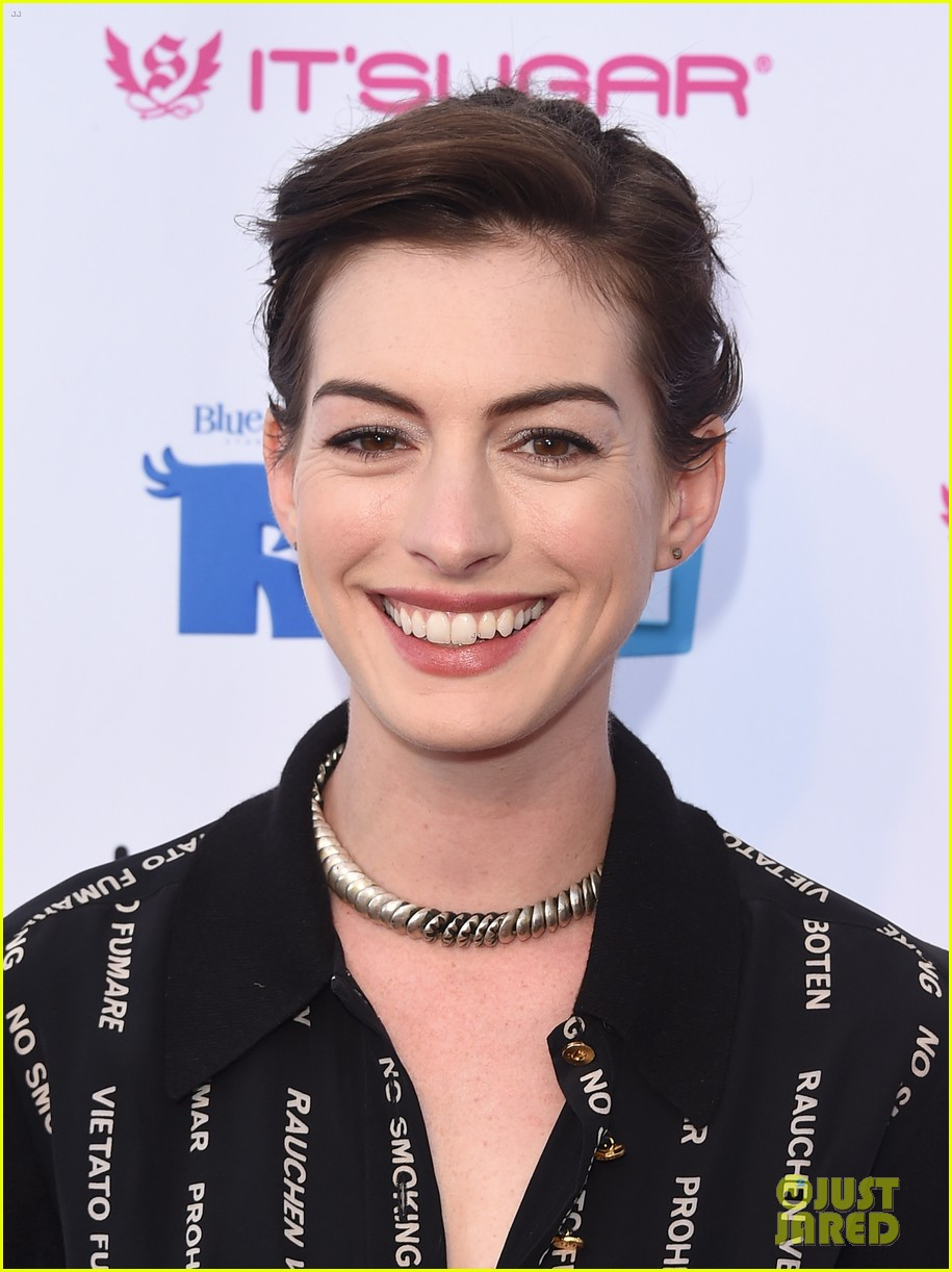 anne hathaway promotes no smoking on the red carpet 063100033