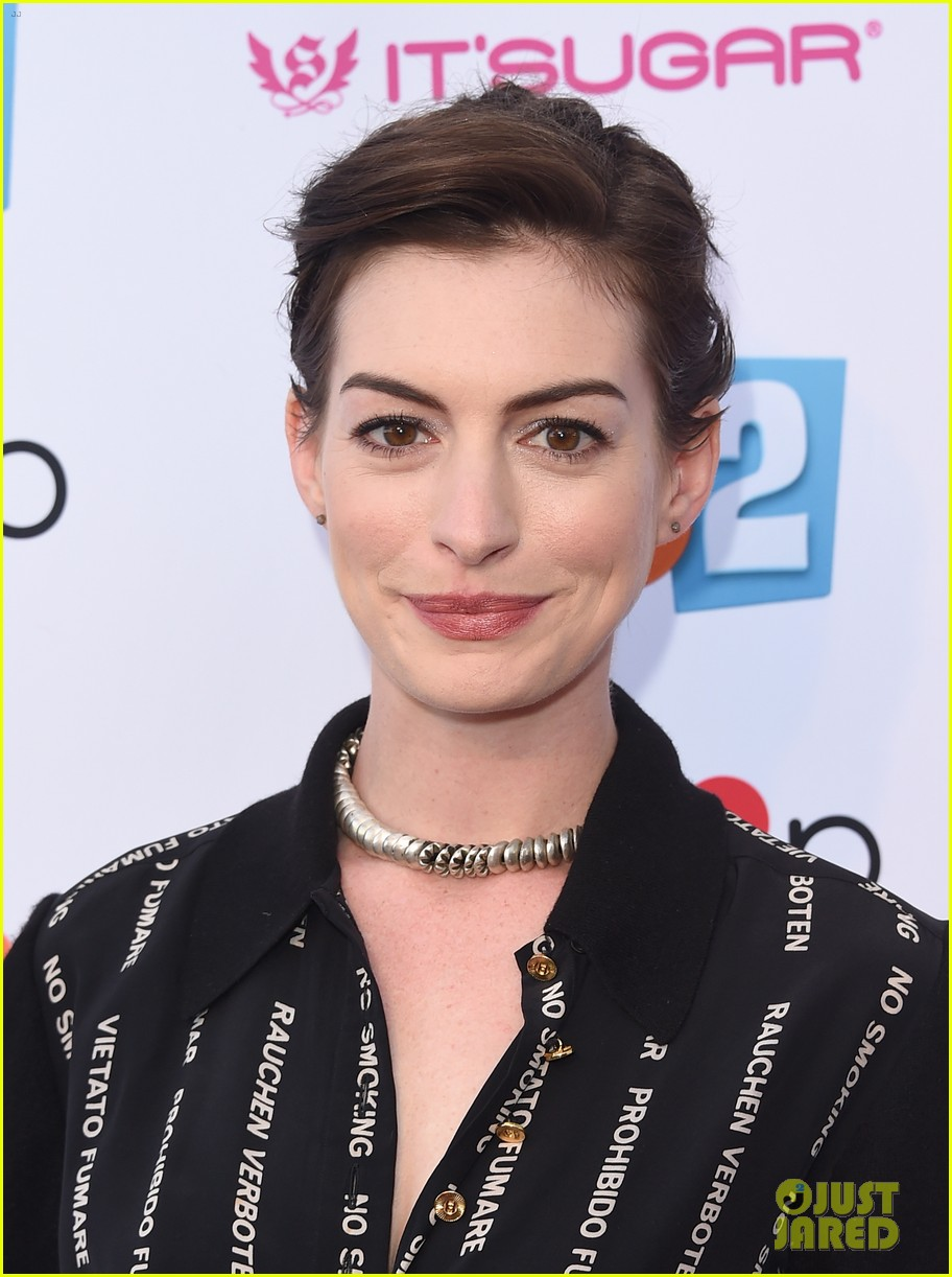 anne hathaway promotes no smoking on the red carpet 103100037
