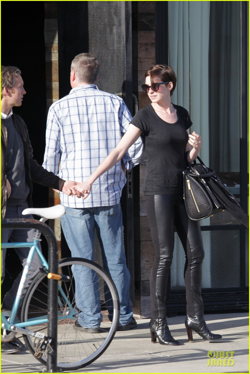 anne hathaway says no smoking in many languages 133099499