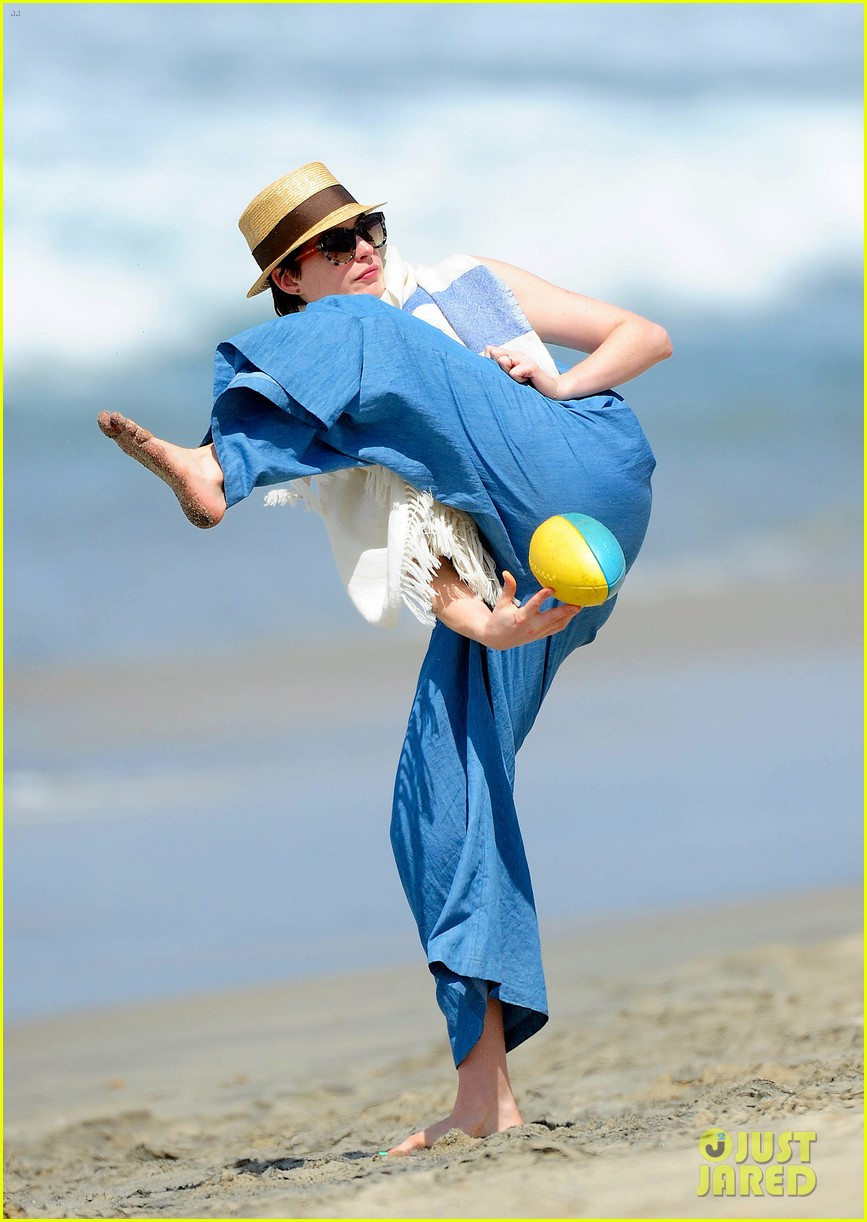 anne hathaway masters under the leg football toss 023096067