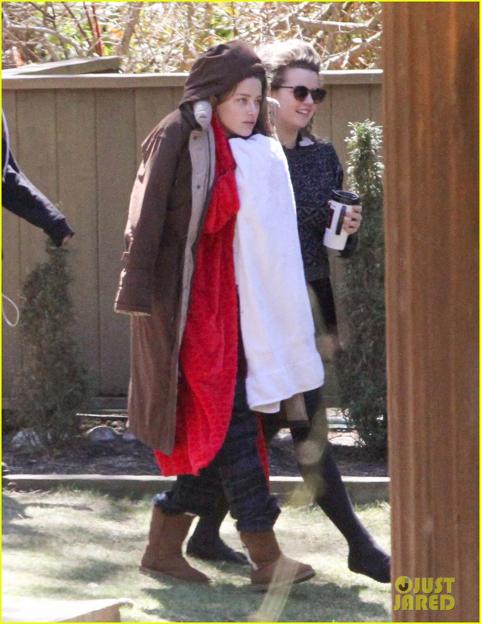 amber heard bundles up tons of layers 043089103