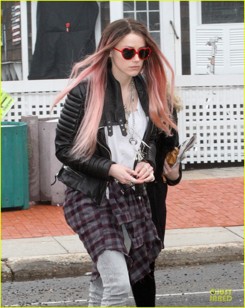 amber heard rocks pink wig on new movie 023087209