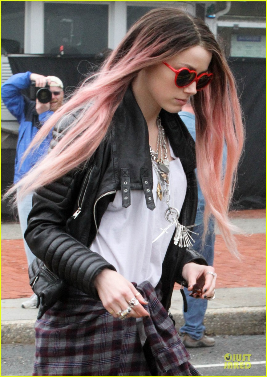 amber heard rocks pink wig on new movie 083087215