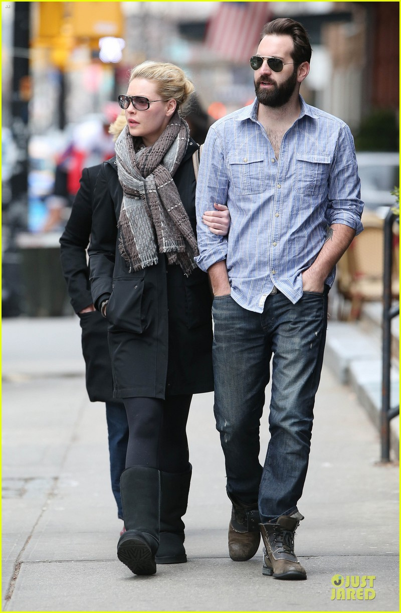 katherine heigl holds tight to husband josh kelley 033085197