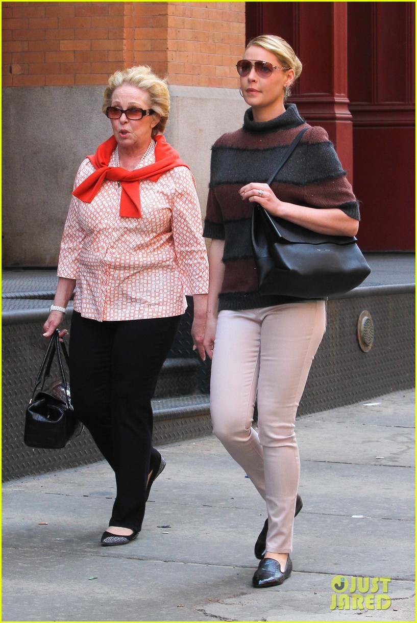 katherine heigl ventures off with mother after wrapping up state of affairs pilot 053092702