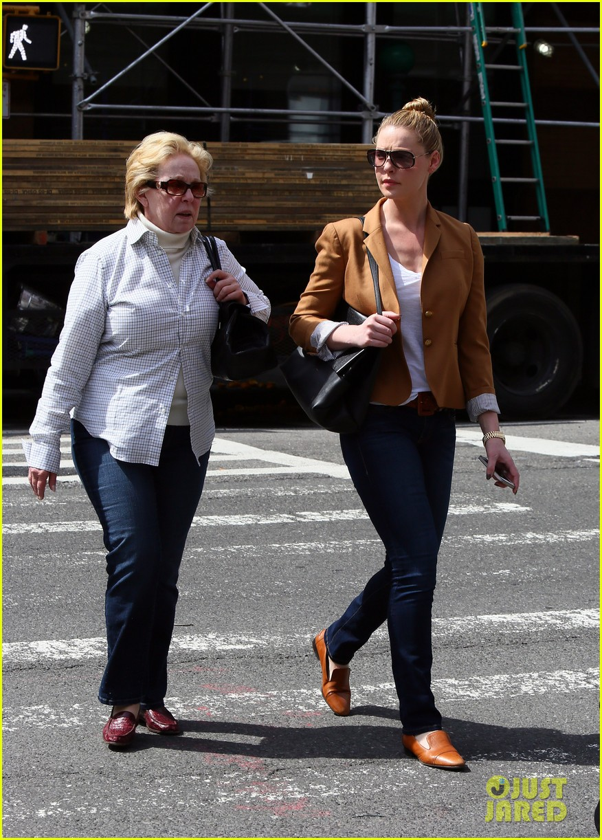 katherine heigl ventures off with mother after wrapping up state of affairs pilot 12