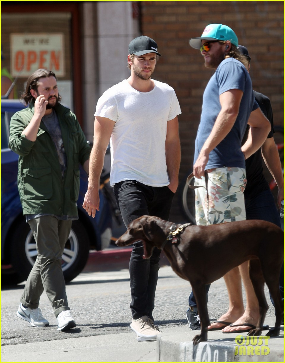 liam hemsworth emerges and he is looking fit 033102704