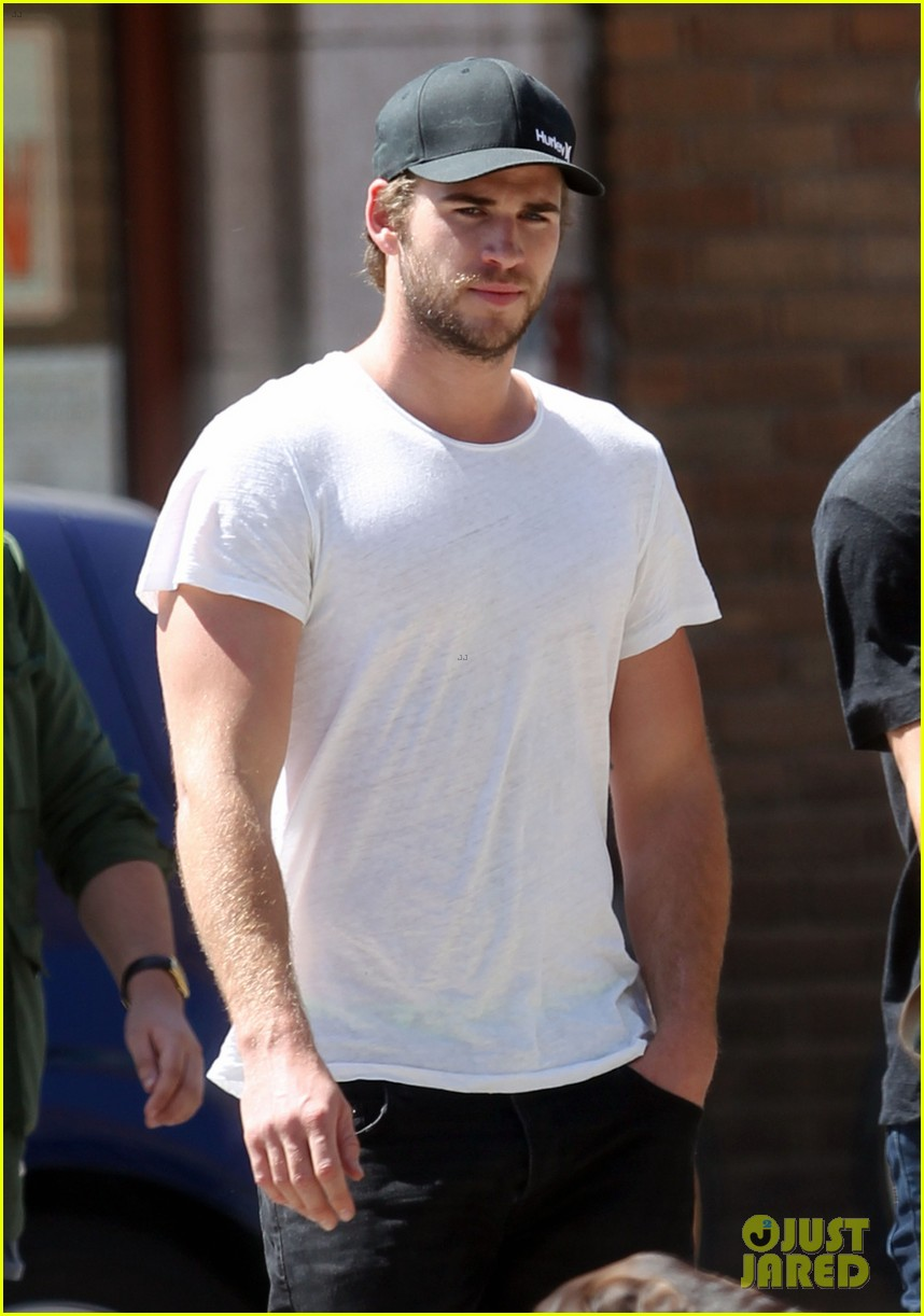 liam hemsworth emerges and he is looking fit 043102705
