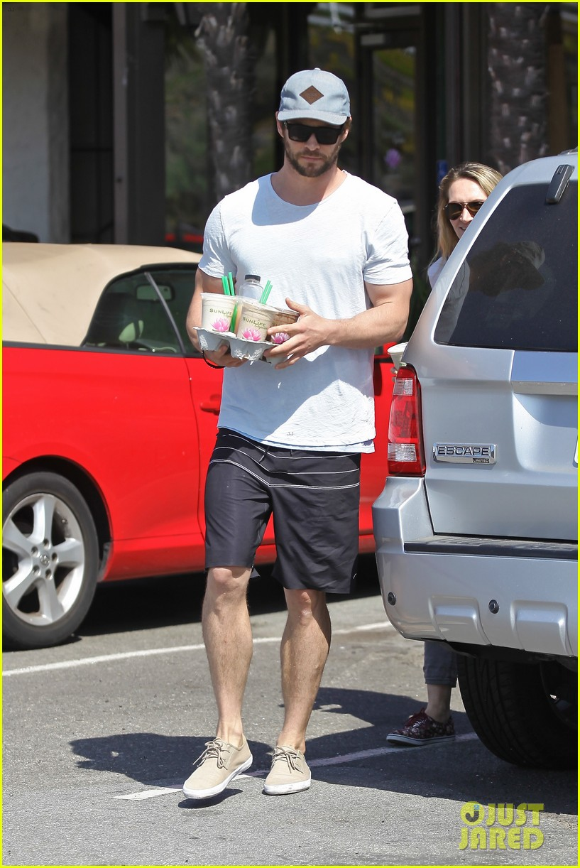 chris hemsworth muscles can barely fit in his shirt 023090989