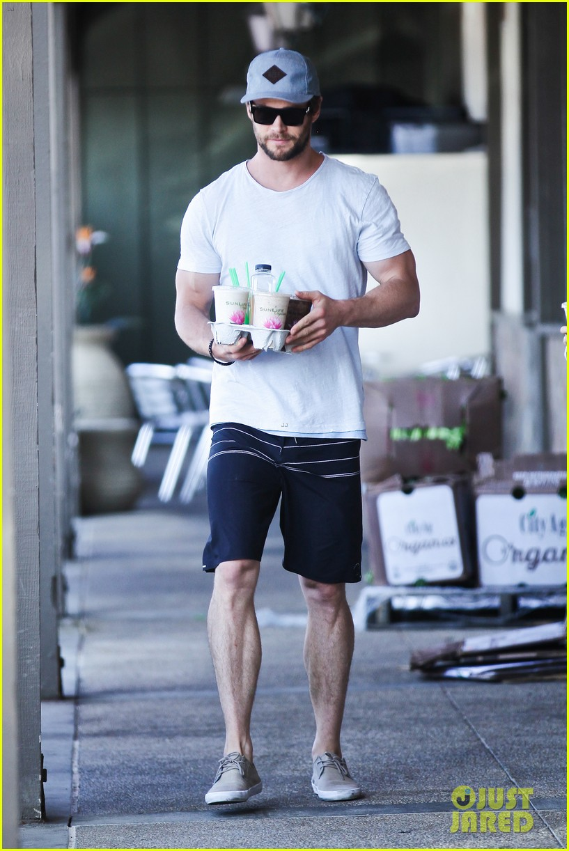 chris hemsworth muscles can barely fit in his shirt 073090994