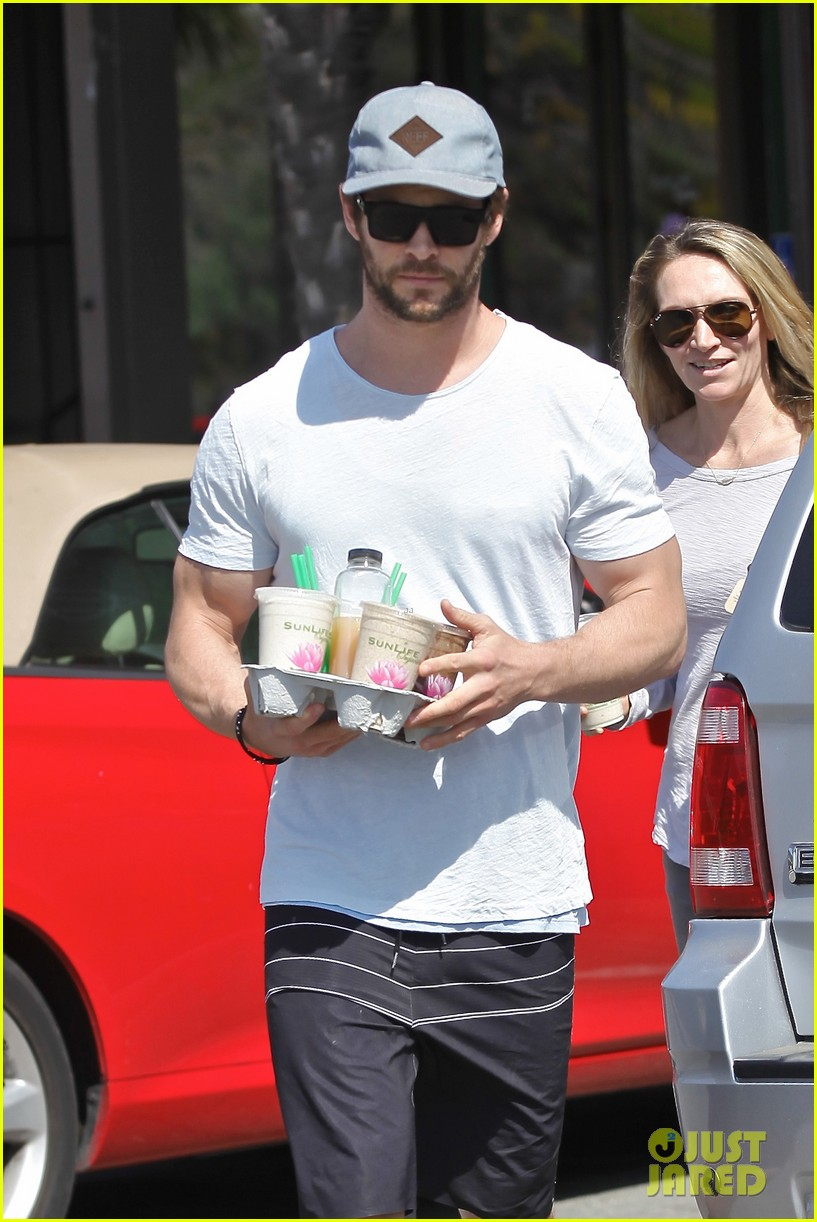 chris hemsworth muscles can barely fit in his shirt 113090998