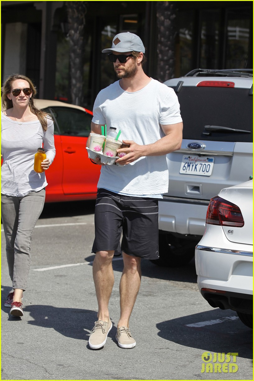 chris hemsworth muscles can barely fit in his shirt 153091002
