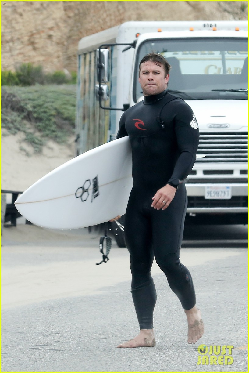luke hemsworth shirtless at the beach 09