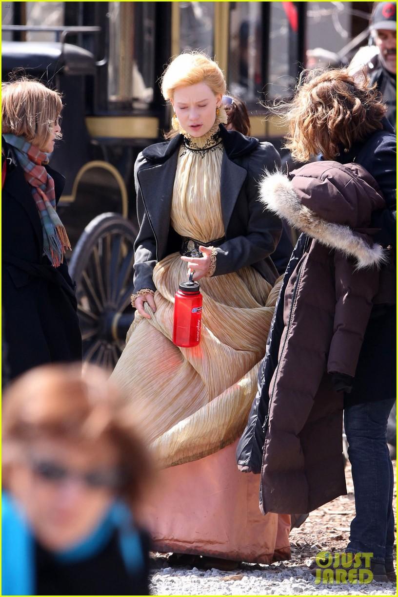 tom hiddleston charlie hunnam make period costumes look sexy 053094168