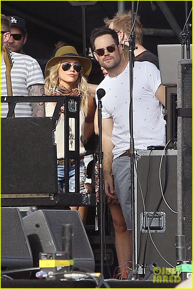 hilary duff mike comrie backstage coachella musica festival 2014 013090430