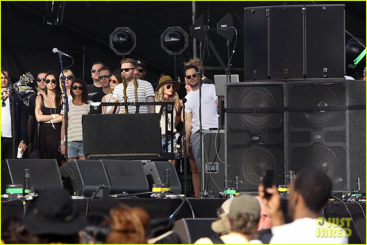 hilary duff mike comrie backstage coachella musica festival 2014 113090440