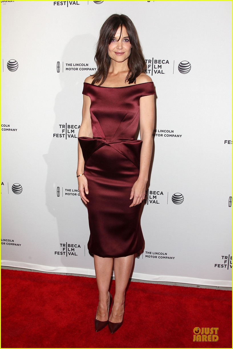 katie holmes radiant in red miss meadows premiere 033096484