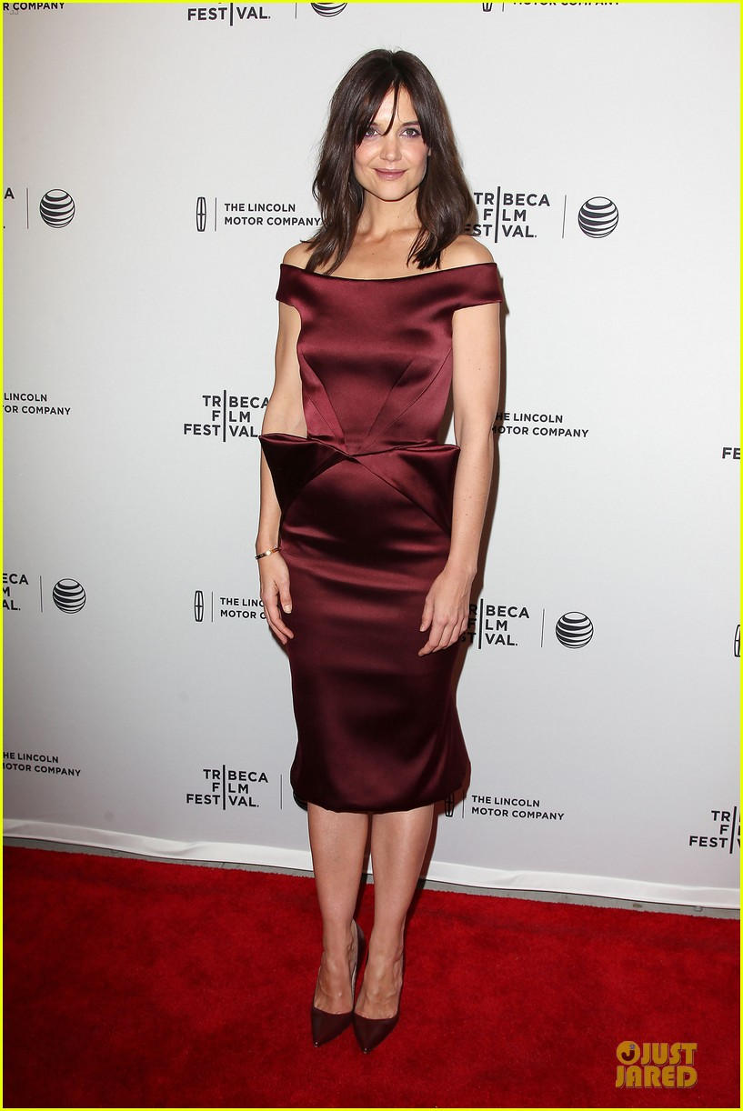 katie holmes radiant in red miss meadows premiere 073096488