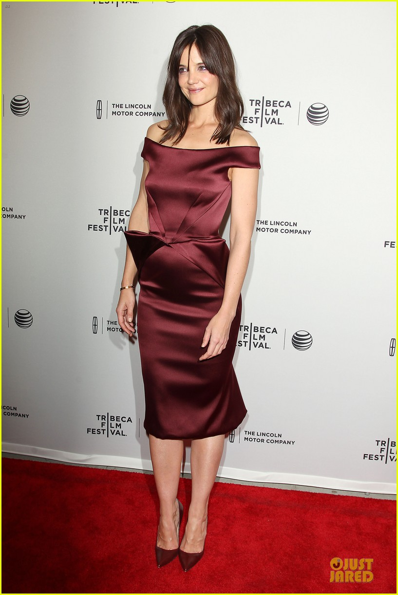 katie holmes radiant in red miss meadows premiere 093096490