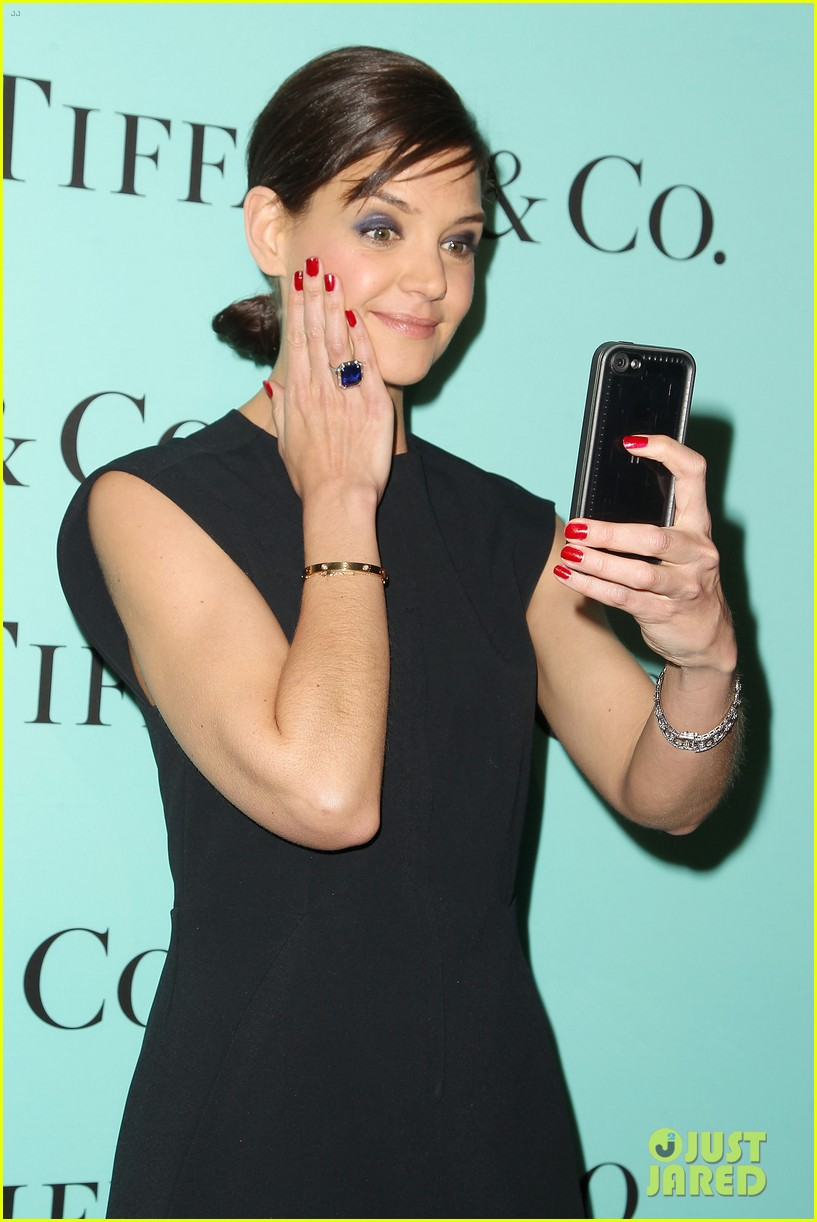 katie holmes jessica biel take red carpet selfies 023088623