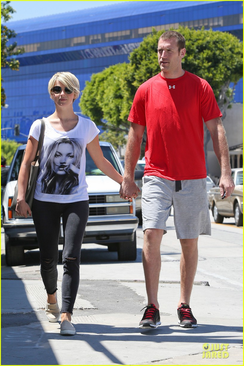 julianne hough doesnt shy away love for boyfriend brooks laich 083099518