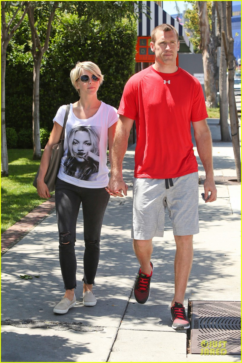julianne hough doesnt shy away love for boyfriend brooks laich 103099520
