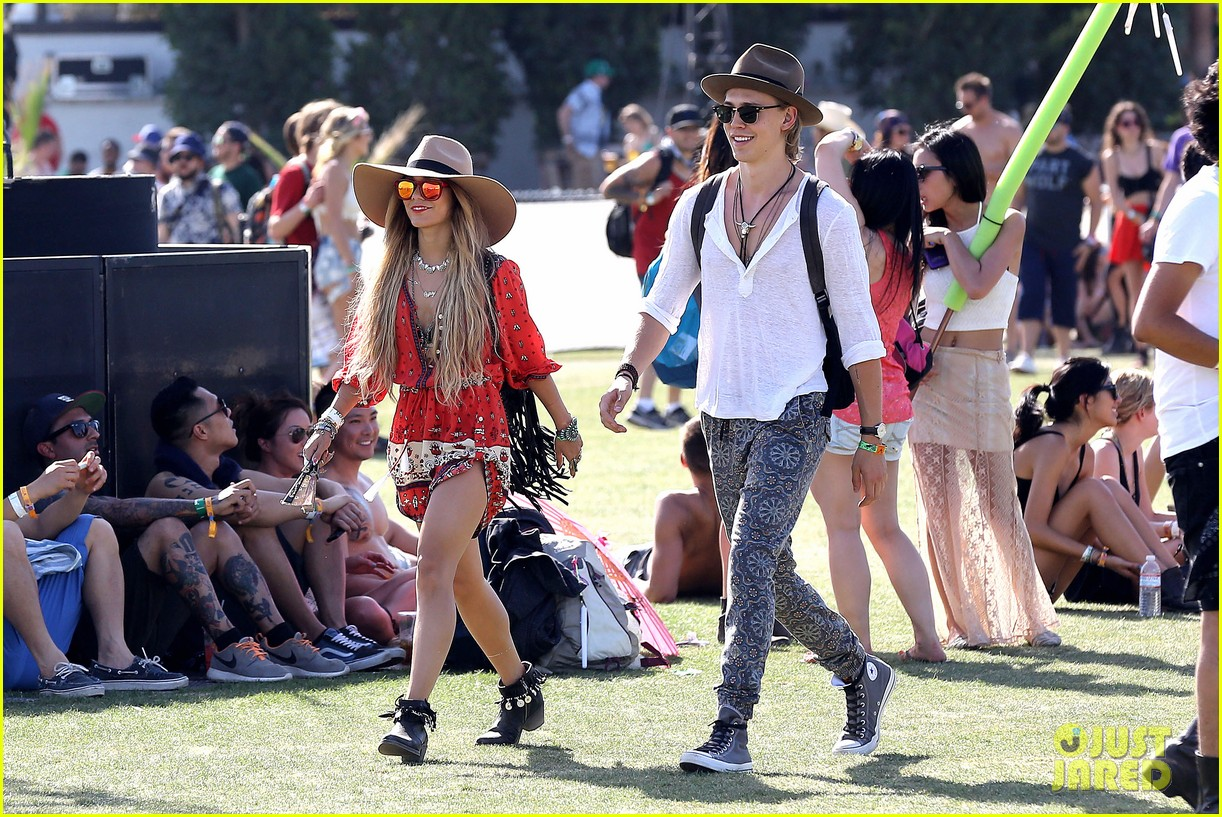 vanessa hudgens austin butler such a cute coachella couple 04