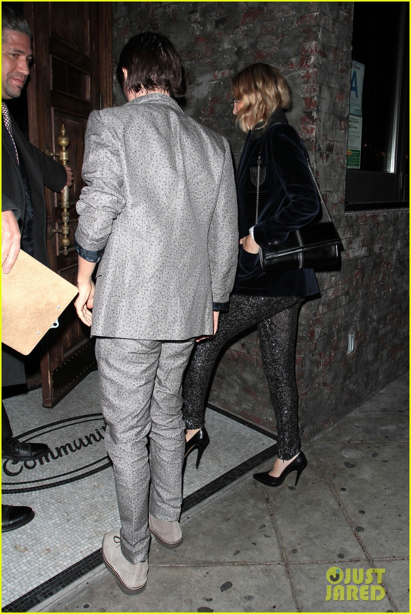 kate hudson hides behind fiance matt bellamy for no name birthday outing 013100648