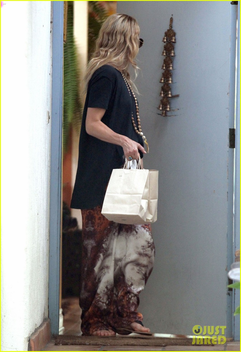 kate hudson hides behind fiance matt bellamy for no name birthday outing 133100660