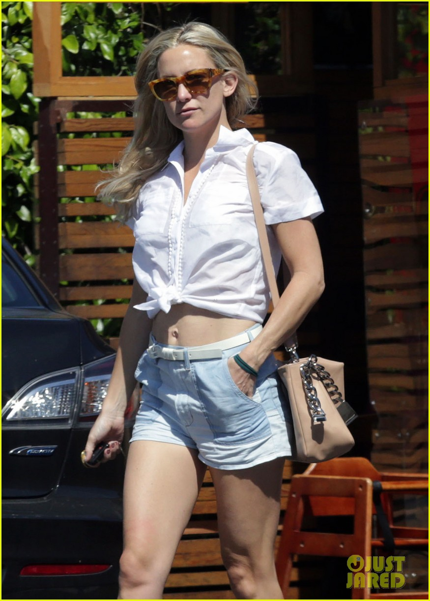 kate hudsons flat toned tummy is so enviable 083088420