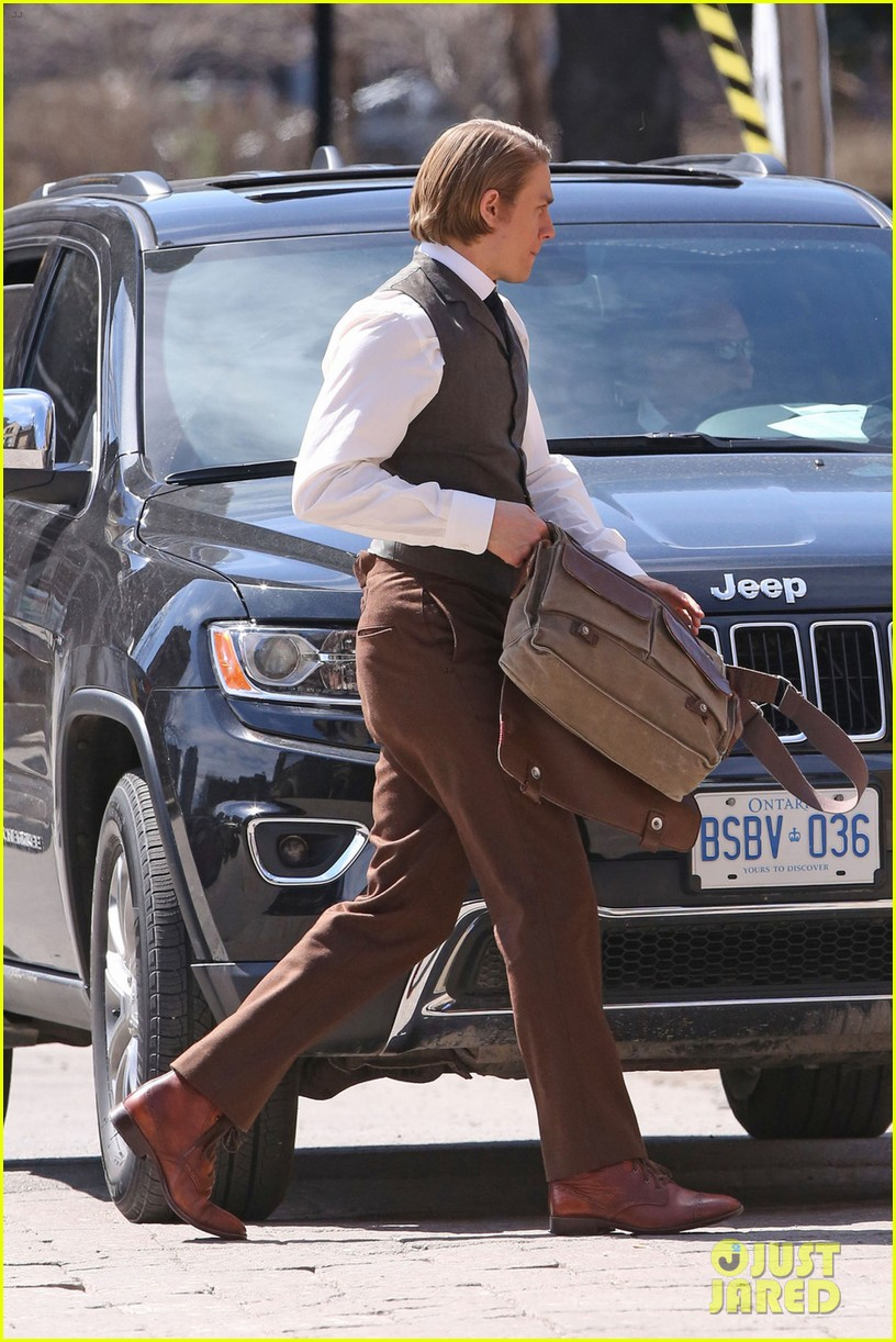 only charlie hunnam can make a period costume sexy 013090383