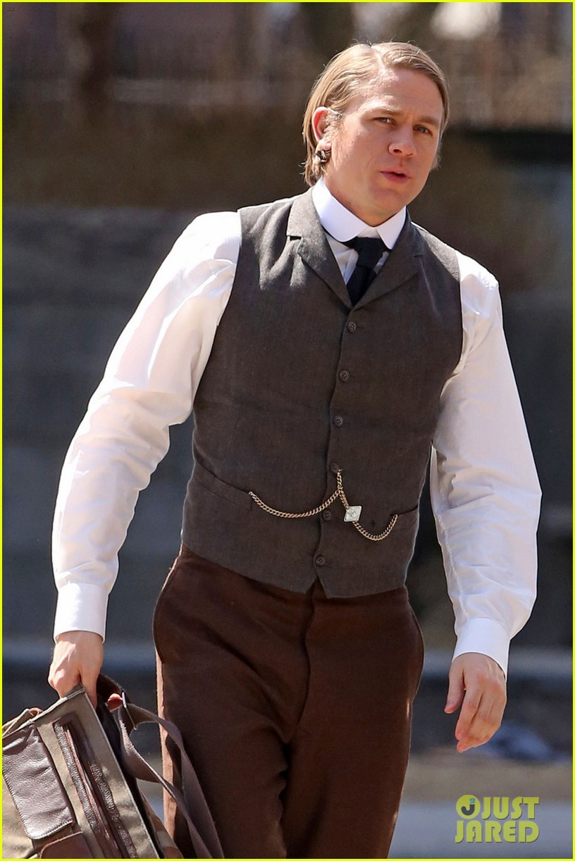 only charlie hunnam can make a period costume sexy 023090384