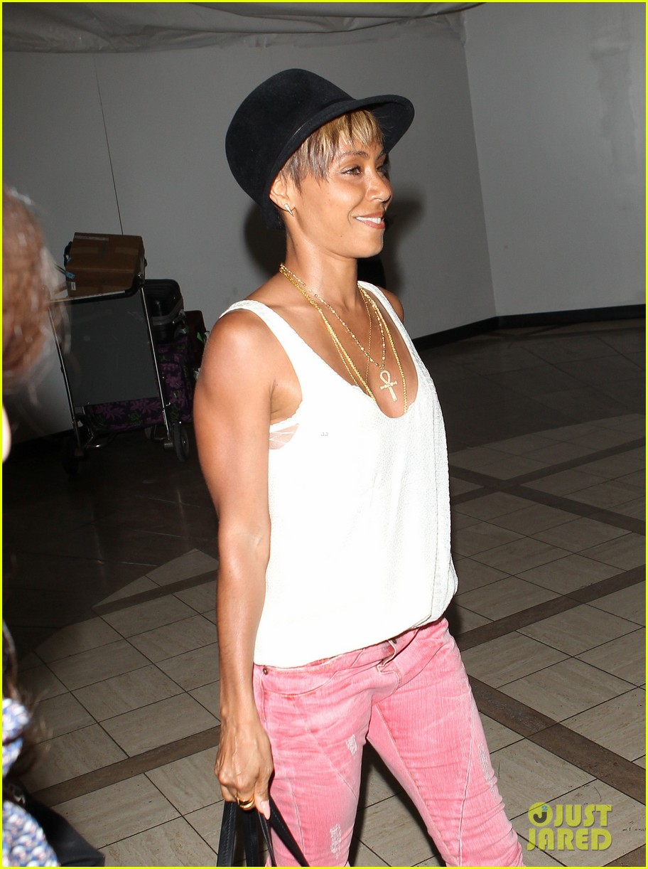 jada pinkett smith goes blonde displays lighter hair under her hat 02