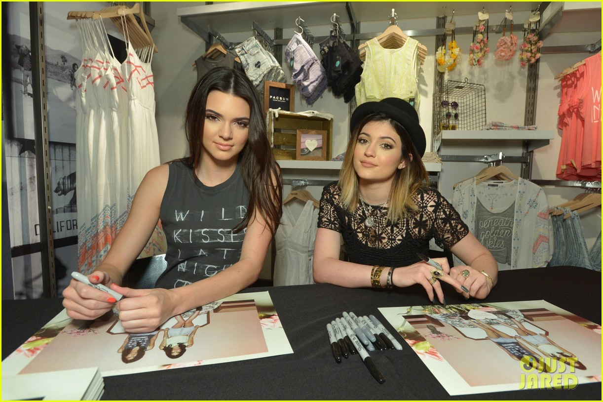 kendall kylie jenner take cute sister selfie at pac sun meet greet 173086089