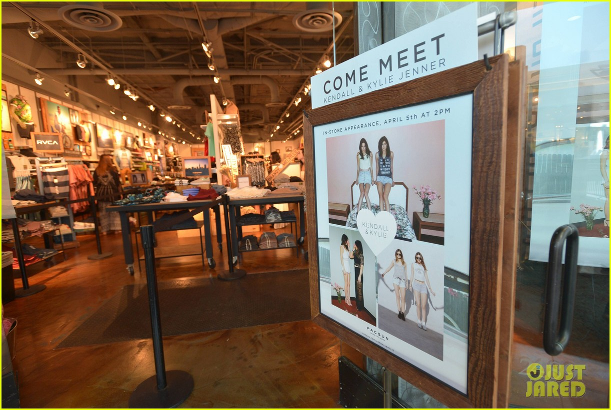 kendall kylie jenner take cute sister selfie at pac sun meet greet 213086093