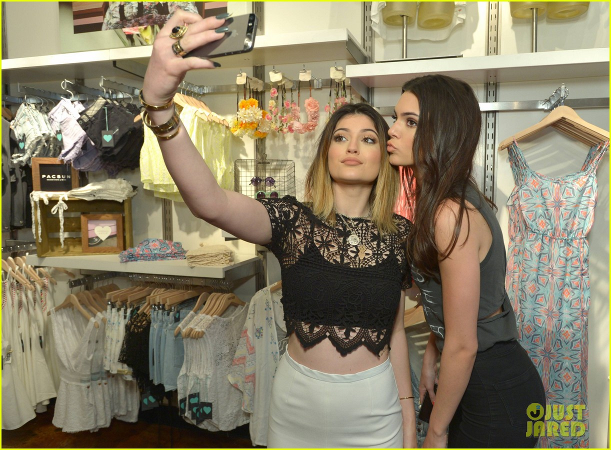 kendall kylie jenner take cute sister selfie at pac sun meet greet 23