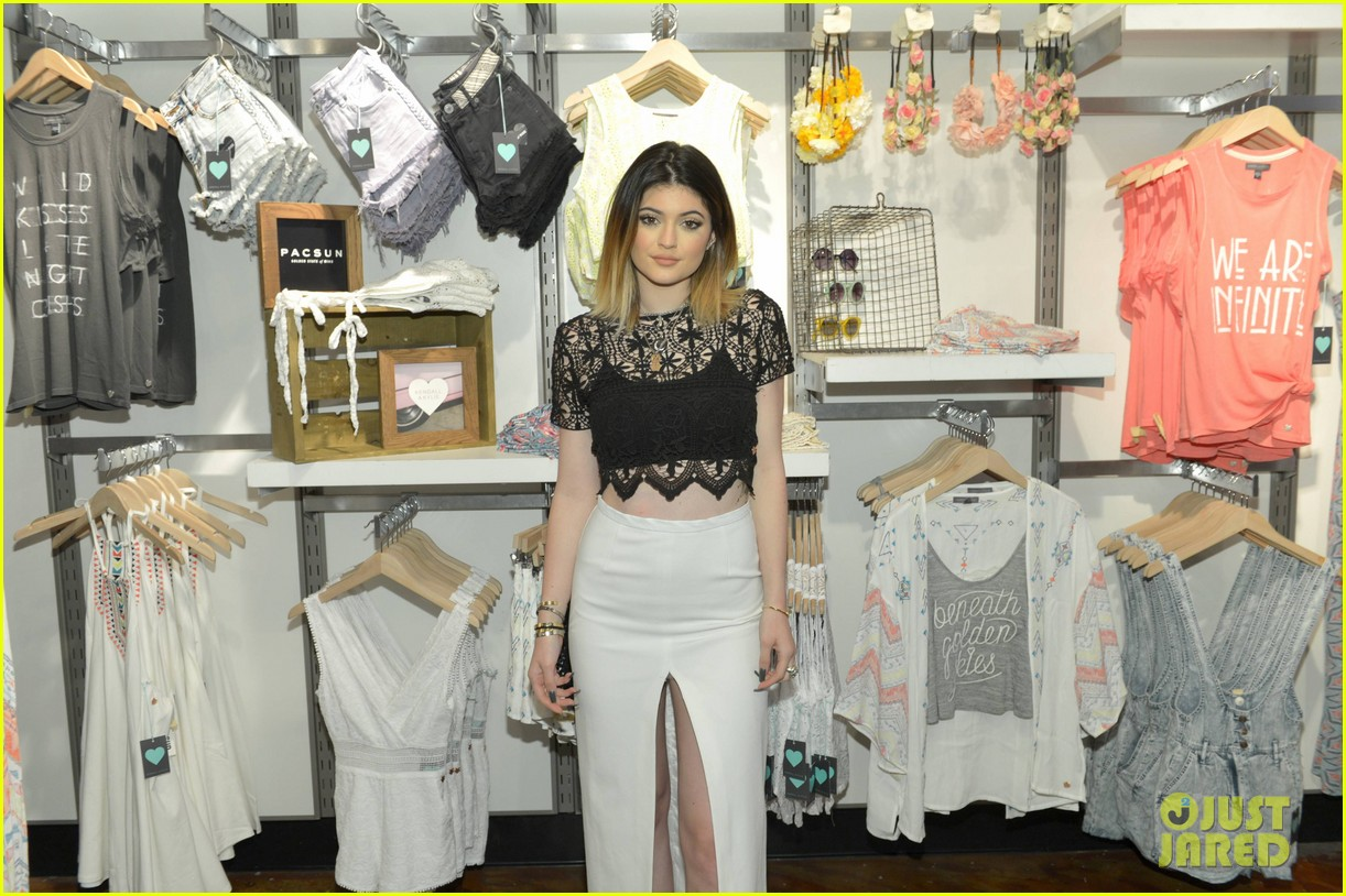 Kendall kylie jenner take a cute sister selfie at pacsun meet kendall kylie jenner take a cute sister selfie at pacsun meet greet m4hsunfo