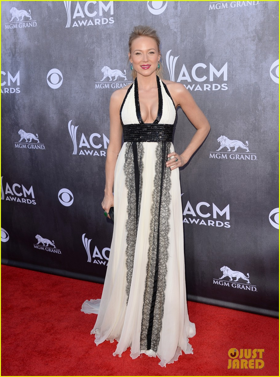 jewel gets big hug from angie harmon at acm awards 2014 03