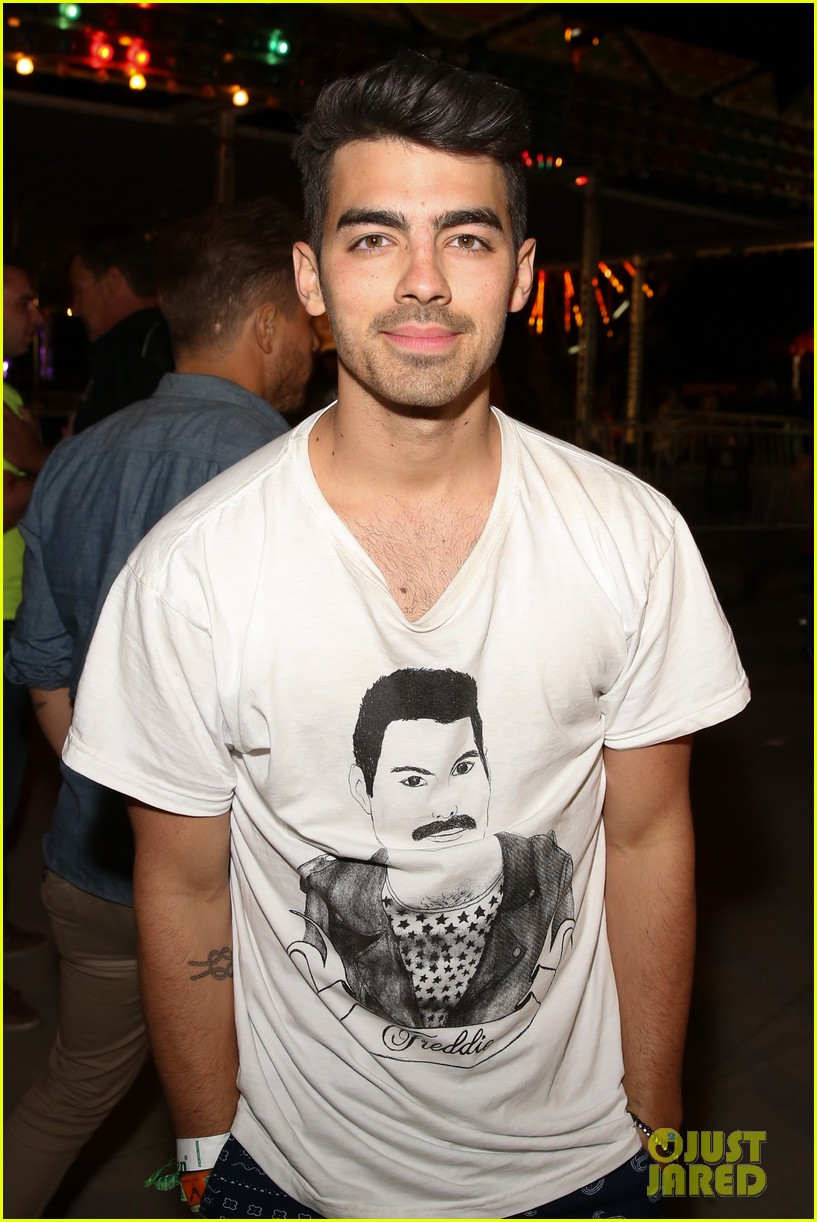 joe jonas dianna agron desert pool party pals coachella 02