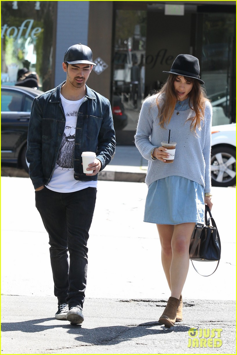 joe jonas blanda eggenschwiler use fashionable hats to keep the suns rays away 033082857