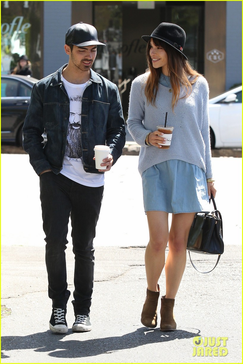 joe jonas blanda eggenschwiler use fashionable hats to keep the suns rays away 053082859