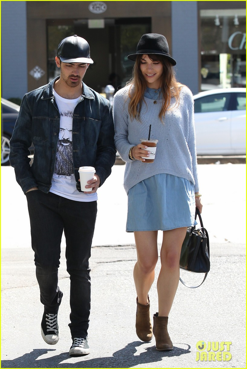 joe jonas blanda eggenschwiler use fashionable hats to keep the suns rays away 06